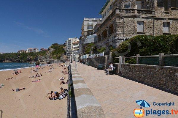 Promenade piétonne sur la plage de Miramar
