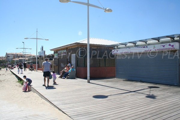 Commerces autour de la plage du Mole au Cap d'Agde