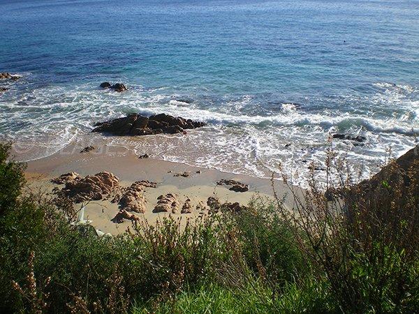 Vue sur la plage de Moorea à Ajaccio depuis la route des Sanguinaires