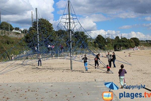 Jeux pour les enfants sur la plage du Moulin Blanc - Brest