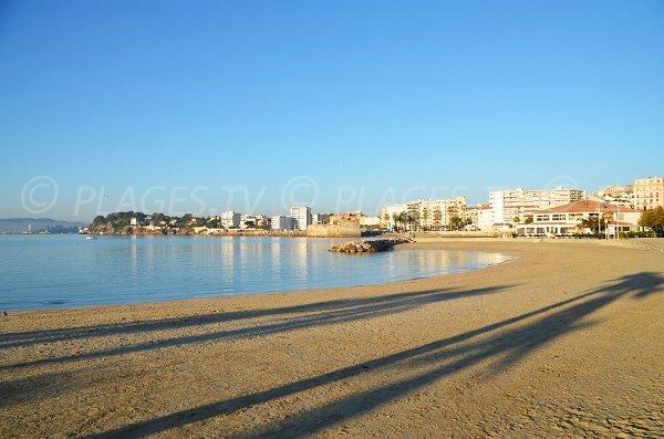 Photo de la plage du Mourillon de Toulon avec vue sur le fort Louis