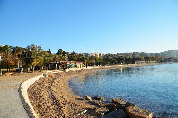Vue globale sur la plage des Pins à Toulon