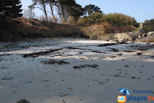 Ombre sur la plage naturiste de Perharidi