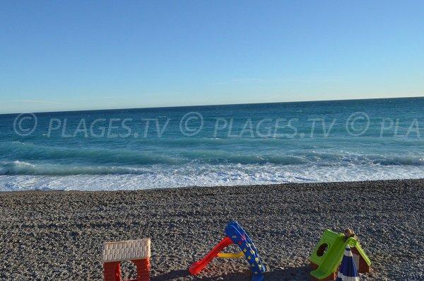 Plage publique avec galets à Nice (Neptune)