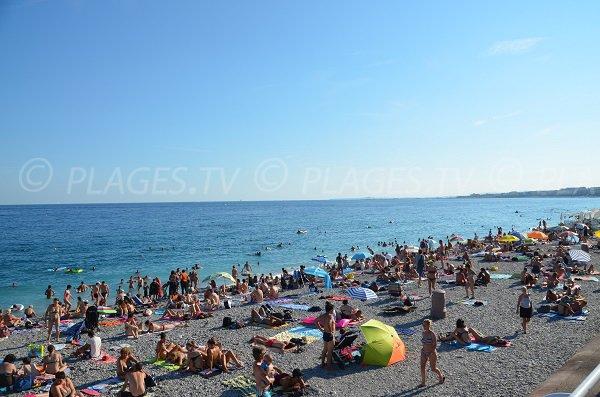 Plage de galets de Neptune à Nice - zone du Negresco
