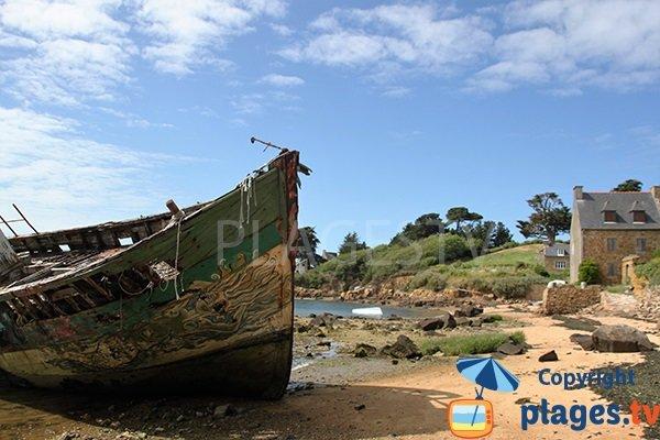 Plage avec une épave sur l'ile de Bréhat