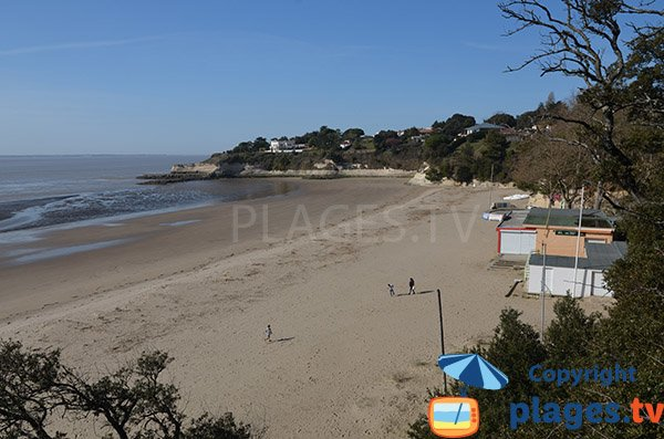 Nonnes beach in Meschers sur Gironde at low tide - France