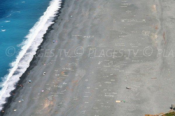 Inscription sur la plage de Nonza en Corse