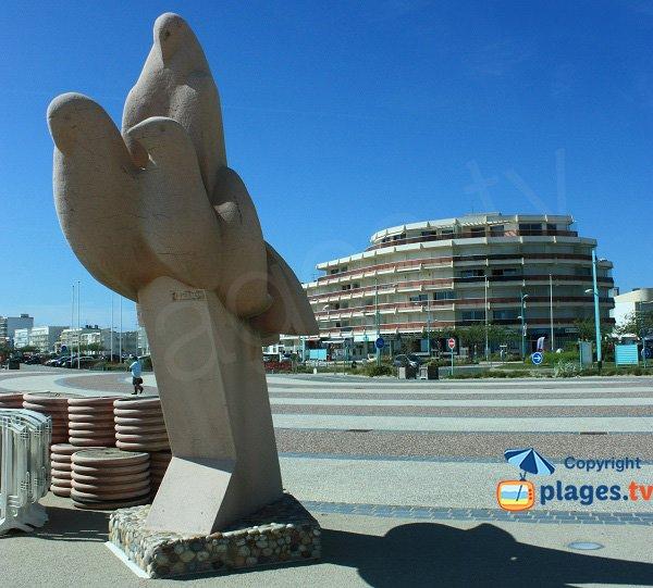 Statue des oiseaux de St Jean de Monts à côté de la plage