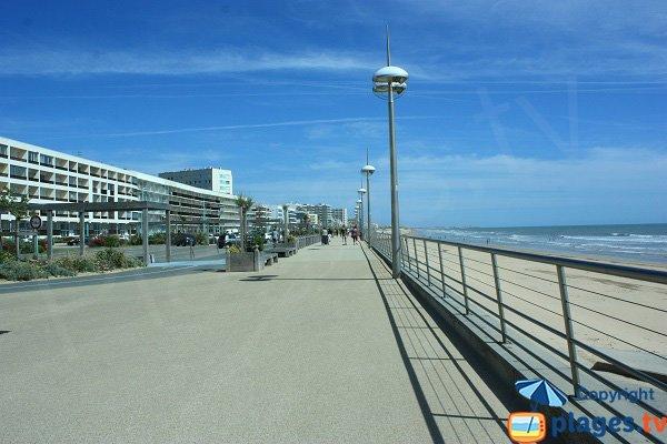 Promenade piétonne en front de mer dans le centre de St Jean de Monts