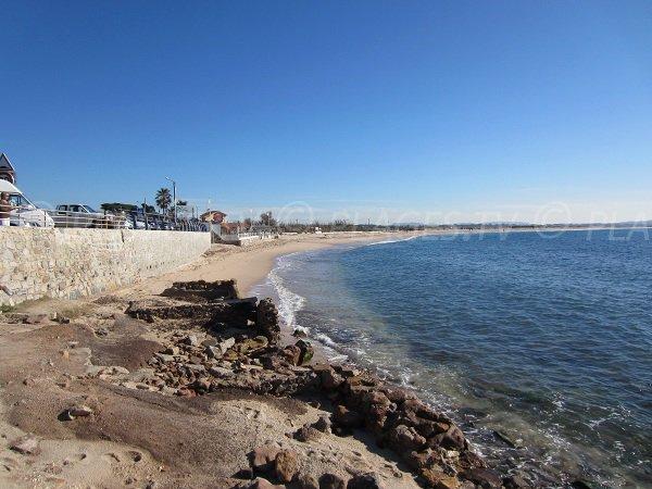 Vue sur la plage de l'Almanarre depuis la plage d'Olbia