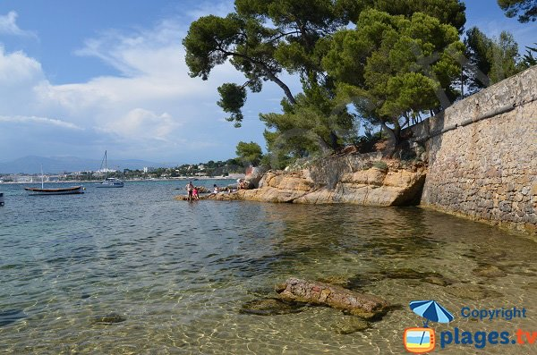 Swimming zones near Olivette harbor in Cap d'Antibes