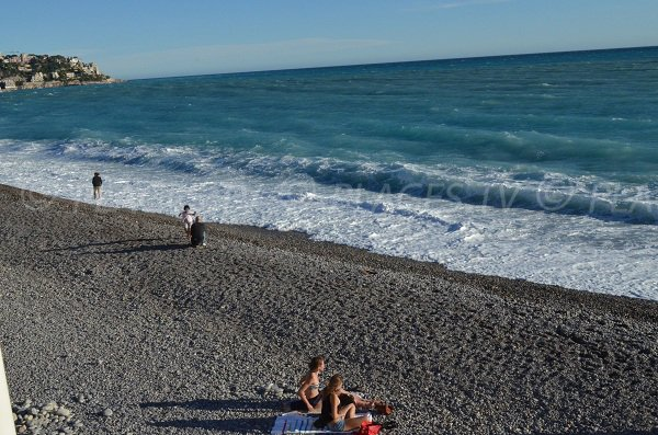 Plage de galets sur la plage de l'Opéra