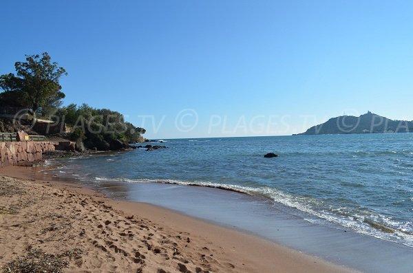 Vue sur le Cap Dramont depuis la plage de l'Oratoire à Agay