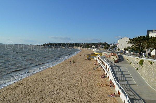 L'accès à la plage ouest de Fouras est facilité par des rampes