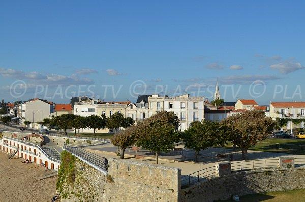 Cabine de plage de Fouras et vue sur la ville