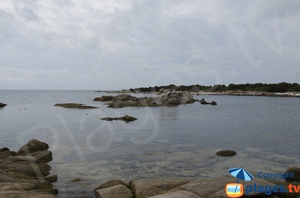 Vue sur le golfe de Bonifacio et de Figari depuis la plage de Ventilegne