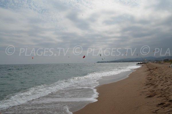 Vue sur les kites surf de St-Aygulf depuis la plage du Pacha