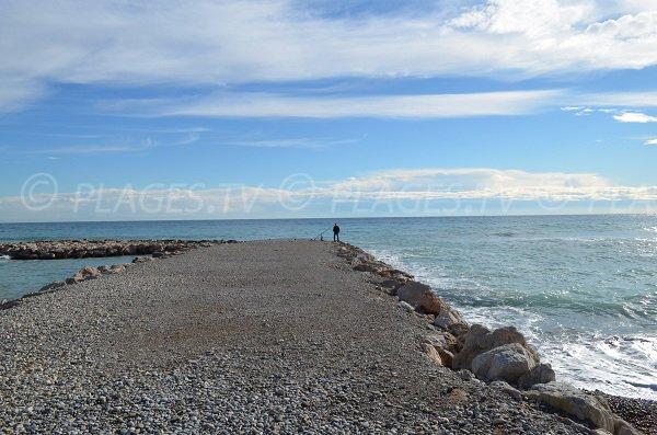 Digue à Roquebrune au niveau de la plage Handiplage du Carnoles