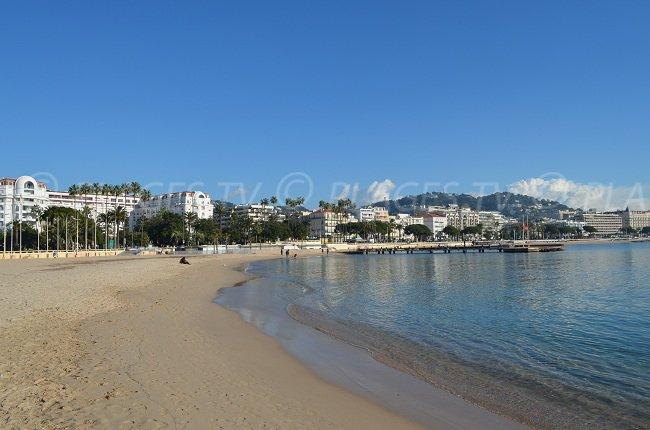 Plage publique de sable à Cannes face aux grands hôtels