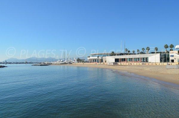 Palais des Festivals de Cannes donnant sur la plage