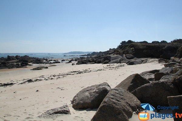 Rochers sur la plage nord de l'ile Callot