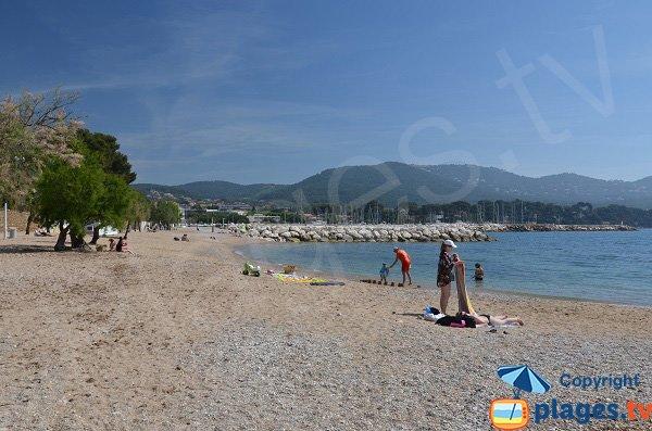 Grande plage à Carqueiranne à proximité du port des Salettes