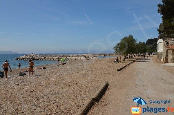 Promenade le long de la plage de Péno à Carqueiranne