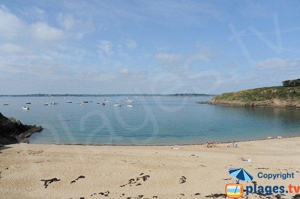 Vue sur la baie depuis la plage du Perron