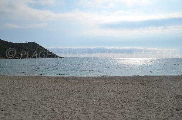 Vue sur le large depuis la plage du Petit Capo à Ajaccio