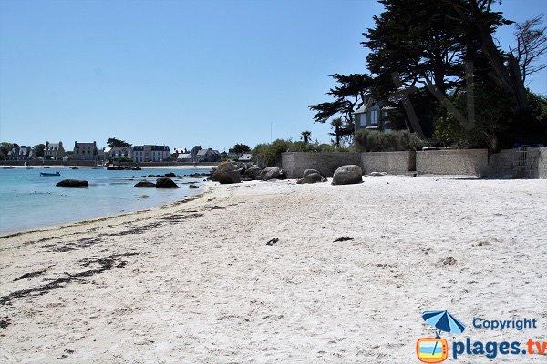 Spiaggia del Petit Nice con vista sul borgo di Brignogan