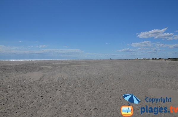 Vue sur le poste de secours de Piemanson depuis la plage naturiste
