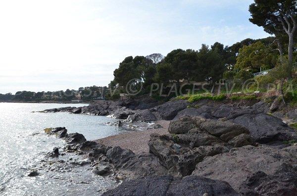 Plage avec des rochers noirs à St Raphaël