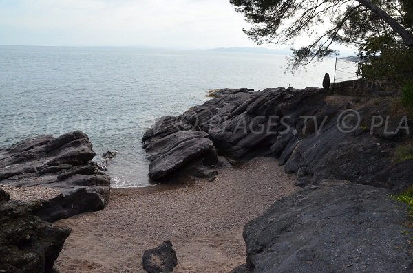 Crique avec du sable à proximité de la plage du Débarquement de St Raphaël