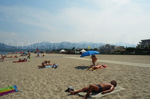 Equipements pour les personnes à mobilité réduite sur la plage des Pins