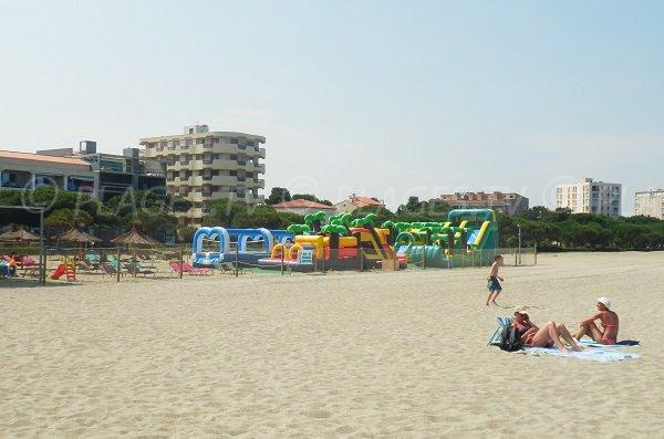 Jeux pour les enfants sur la plage des Pins à Argelès