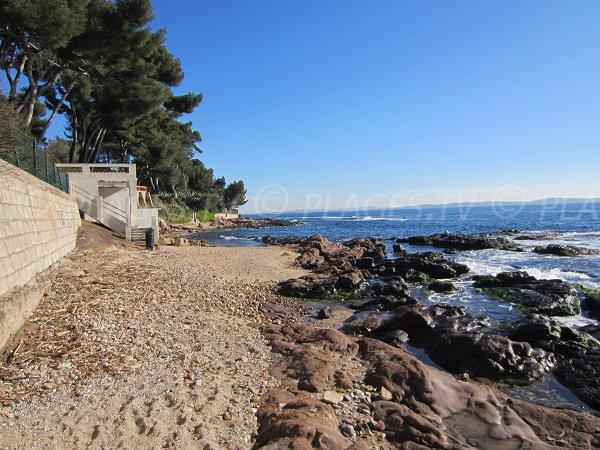 Plage de sable et de gravillons à Carqueiranne - Les Pins Penchés