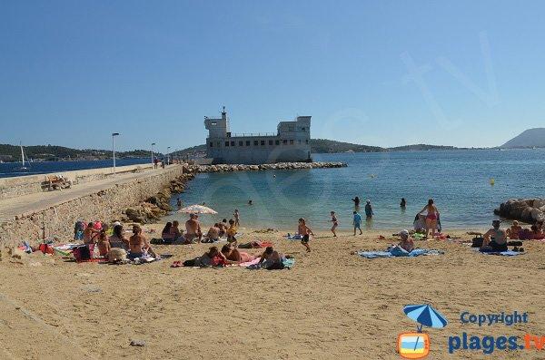 Plage de sable à Toulon à proximité de la Tour Royale