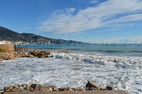 Vue sur Menton et l'Italie depuis cette plage