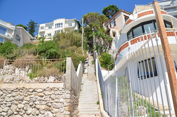 Escaliers pour se rendre sur la plage de la Plateforme à Nice