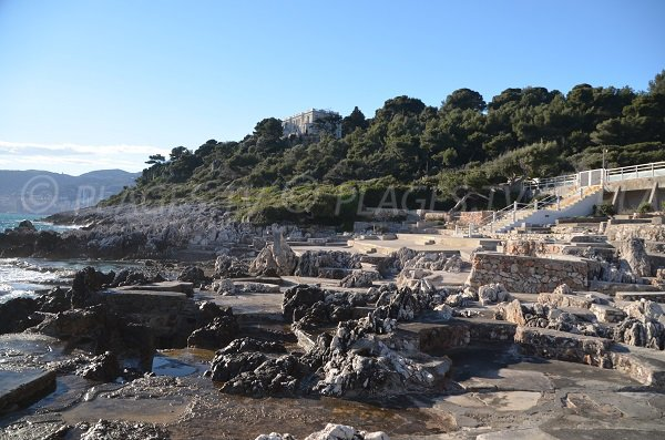 Plage de béton et de rochers à Roquebrune Cap Martin