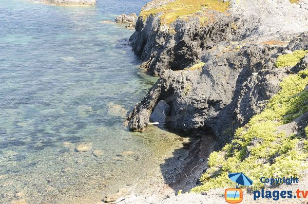 Crique avec une arche à la pointe de Mèdes à Porquerolles