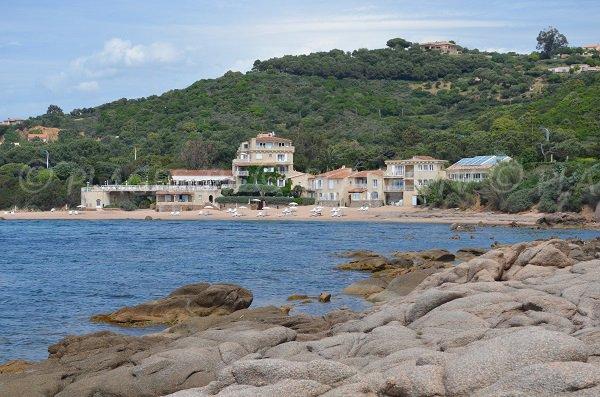 Plage à côté de l'hôtel du Maquis à Porticcio en Corse