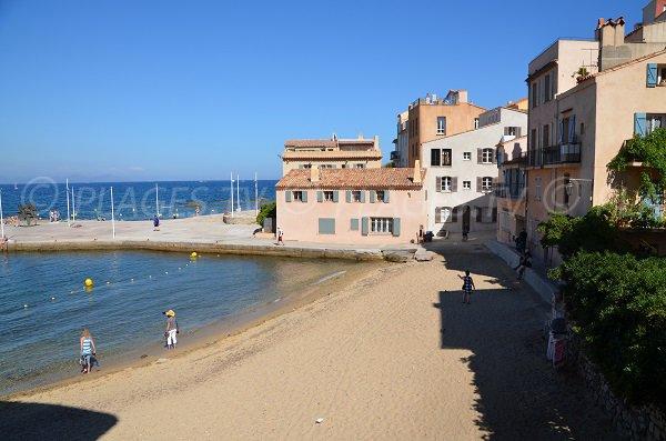 Plage de sable dans le centre de Saint Tropez