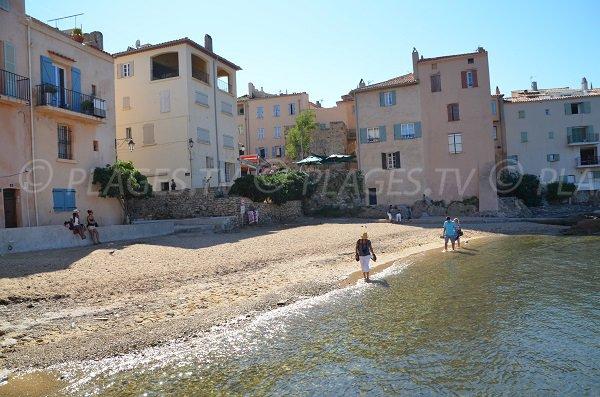 Vue sur le clocher de St-Tropez depuis la plage de la Ponche