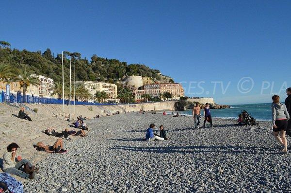 Plage de galets en face du Vieux-Nice