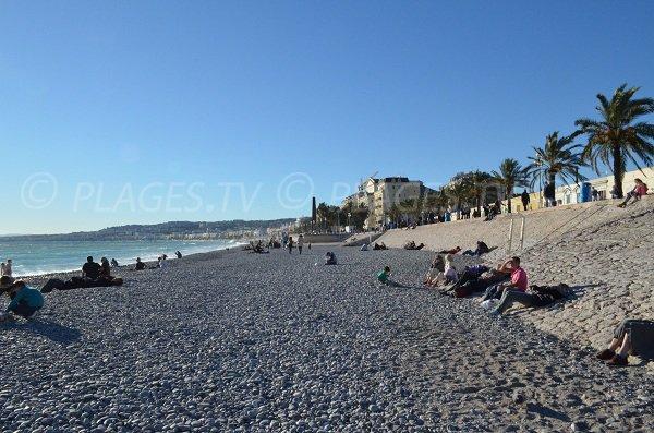 Vue depuis la plage des Ponchettes en direction de la Promenade des Anglais