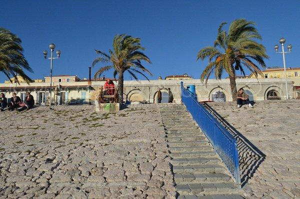 Vue sur les escaliers de la plage des Ponchettes