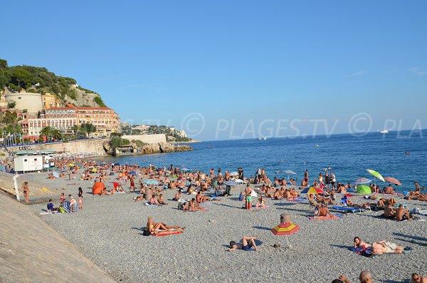 Plage des Ponchettes en été à Nice
