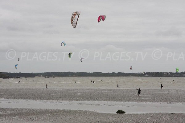 Kitesurf in Pont Mahé bay in Assérac